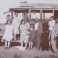 """1929- Il 1° """"Postale"""", FIAT 3/A, dei fratelli Gennaro e Francesco Scura. La foto ritrae un gruppo di """"bagnanti"""" in arrivo al mare di Schiavonea. A sinistra, l'autista Antonio Santella (che sarà anche un bravo banditore)"""