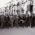 Fanfani percorre via Roma, alla sua sx il sindaco di Corigliano, avv G.B. Leonetti