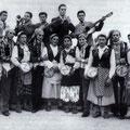 "1952 ""na quatrigghja"" sul muretto di piazza S.Francesco.In alto da sx, C.Malagrinò,R.Tortorella(tromba),A.Pianeta,A.Bruno,A.Cozzolino(chitarra),…(1 fila 2°da sx) A.Silvestri,(8°) P.Tricarico"