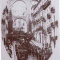 """1935 Un """"solenne"""" funerale in Via Roma( da notare le numerose persone sul ponte canale)"""