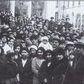 """Fine anni '30 Una manifestazione a piazza Compagna(""""a ra gghjiazza"""")"""