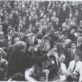 """1959 mio zio Antonio (Totonno) Scorzafave, dietro di lui mio padre, Gerardo Scorzafave, mentre sistema una """"collana"""" di bigliettoni di 10.000 lire attorno al collo di S. Francesco"""