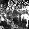 1928 - Sagra dell'uva in Piazza del Popolo , all'Acquanova. I ragazzini sono i fratelli Ardito(Giuseppe, col braccio alzato che ha un peperone tra le mani, poi Saverio e Pasquale. A fianco il padre Giorgio Gerardo)