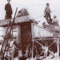 """1920 - Il mondo contadino. Tutti a lavoro con la trebbiatrice, tranne """"massa"""" Nardo Bruno (l'uomo in alto a sx)"""