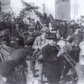 1938 Sagra dell'uva. Festa con la banda musicale per le strade del borgo antico.