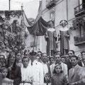 Anni '50-Processione dei santi Cosma e Damiano.Il vigile Alberto Lavorato e don Ciccio Fabbricatore,e alla sua destra Costantino De Luca, poi Curia,Trebisonda e Cavallo