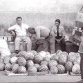 Anni '70 Vendita di cocomeri a piazza S. Francesco con Angelo Pianeta &(foto Coriglianesi Nel Mondo)
