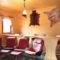 4 sillones de piel reclinables y 2 reposapíes. 5 taburetes tipo bar con cojines. Wifi.