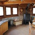 Encimera principal, carrito con ruedas, leña, cocina de leña, estufa.