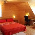 Gran cama de matrimonio de 1,60m x 2,00m con colchón de latex. Escritorio con silla de piel giratoria.