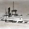 Le William Price pris dans les glaces du lac Saint-Jean à Roberval en 1925. Fonds Studio Chabot.