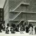 Enfants jouant dans la neige derrière le couvent des Ursulines de Roberval en 1913.  Collection Maurice Cossette.
