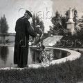 Mgr Bluteau dans le Parc Sacré-Coeur, début des années 1930. Fonds Studio Chabot.