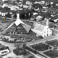 Les deux églises Notre-Dame de Roberval. Photographie prise lors de la construction de l'actuelle église Notre-Dame en 1967. Collection Jean Gagnon.