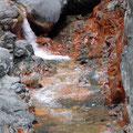 Wasserfall mit Schwefelablagerung