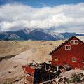 Kennicott mit Mt. Blackburn - dazwischen Abraumhalten