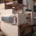 Ein einfacher Kistenverschluss öffnet und schließt die Spannvorrichtung. So lassen sich die Werkstücke sekundenschnell wechseln.