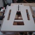 Der Zinkenabstand wird durch Vor- und Zurückschieben der Fräsplatte eingestellt.