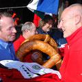 Tourenwart übergibt Christoph die Vereinskleidung