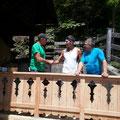 Begrüßung d.ersten Gastes auf der Veranda
