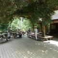 ウッドデッキの木陰