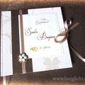 Hochzeitsgästebuch - Hardcovereinband mit verschiedenen Strukturpapieren in cremefarben und changierendem schwarzkupfer bezogen. Schleifenverschluss und Lesebändchen aus Satinband