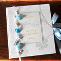 Gästebuch zur Hochzeit in weiß, hellblau und silber. Format 21cm x 24cm, fadengehefteter Buchblock mit 60 Blatt weißen 160g-Papieres. Leseband und Schleifenverschluss. Coverdruck und Druck im Inneren. Borte mit Perlen, Anker, Seepferd und Herz aus Glas.