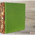 """Gästebuch """"RUSTICUS"""" - Gewichtiges, handgebundenes Hardcoverbuch. Der Buchrücken des Ganzleineneinbandes ist mit einem Fundstück vom Walde verziert. Dieses Einzelstück hat einen gemütlichen Platz mit Aussicht gefunden."""