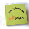 Quadratisches Gästebuch - Format 21cm x 21cm, elfenbeinfarbener Buchblock aus 160g-Papier, Ganzband mit hellgrünem Strukturpapier, Cover mit Firmenlogo.