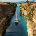 Der Kanal von Korinth trennt die Halbinsel Peloponnes vom griechischen Festland