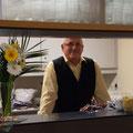 Sorgte hinter dem Tresen tatkräftig für die Bewirtung der Gäste: Waldemar Gillert