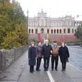 Die Mitglieder der Orts- und Kreisgruppe Landshut vor dem Besuch des Bayerischen Landtags (v.l.): Elvira Gillert, Anna Müller, Waldemar Gillert, Alexander Emich, Tamara Leis.