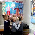 Экскурсия учащихся 1Б класса 1-й школы по выставке Ирины Дудиной