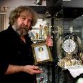 Иван Торопов демонстрирует экспонат из своей коллекции.