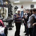 Экскурсию с учащихся 8 класса школы №8 по выставке художественной ковки проводит В.Я. Воробьев