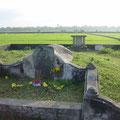 ホイアン近郊の水田にある 谷弥治郎兵衛の墓。 平戸出身の谷は貿易商として活躍した。