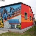 Sonnenhandwerker fassadengestaltung mit Wandbild und Firmenlogo gestaltet in Fürstenwalde mit der Graffiti Kunst im schönen Brandenburg Oder Spree.Kindertanz.Berlin Airbrush
