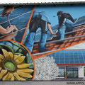 Sonnenhandwerker fassadengestaltung mit Wandbild und Firmenlogo gestaltet in Fürstenwalde mit der Graffiti Kunst im schönen Brandenburg Oder Spree.Immobilien verschönern Sonnenenergie