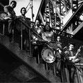 The Skyrockets poseren op de trappen van de oude Maasbrug