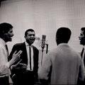 The Fire-Devils tijdens het inzingen van hun 1e Delta single in de Phonogram studio. George Dankmeyer geeft de maat aan.
