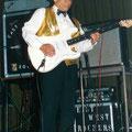 Jan Schouten in de1990-er jaren tijdens een gastoptreden bij The East & West Rockers