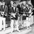 Rein de Vries en The Fire-Devils tijdens de opname van het TV programma 'Gitarade' op 21 juni 1963. vlnr: Rein de Vries, Don Hieronymus, Hans 'Jassy' Amo, Arnold van der Kloor, Hans de Koning
