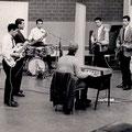 The Fire-Devils in de Phonogram studio tijdens de opname van hun 1e Delta single met Tony Eyk op het orgel.