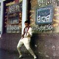 Bob Lammers voor de Rumba Bar in München (augustus 1961) Let op de opvallende grafiti stijl, waarin Die Eastern Aces Aus Indonesien worden aangekondigd (fotocollectie: Bob Lammers)