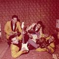 THE DYNAMICS (1962) Op de voorgrond Rudy 'blacky' Swart met Fender Stratocaster Achteraan: Ron Mayer (gitaar) - André Swensen (lichtkleurig jasje) - Henk Jansen