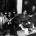 "In de woonkamer bij Ernst. vlnr: Raoul ""Papi"" Castillo, Hans Albers, Wouter Calmer, Ernst v. Heeckeren v. Waliën"
