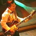 Jan Schouten met zijn legendarische Höfner gitaar tijdens een optreden op de Indo Rock Night in Musis Sacrum te Arnhem op 26-11-1993