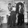 THE JOKERS tijdens een talentenjacht 1959 vlnr: Hans Ramakers van Praag - Tony Lentze - Ceremoniemeester (?) - Richie Toorop - Max Willems - Bob Lammers