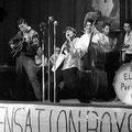 """René Nodelijk metrechts achter hem Rudy Racz op contrabas """"Nederlandse Elvis Presley"""" verkiezing op 24-09-1958"""