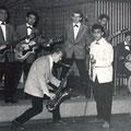 THE ROCKING DIAMONDS 1960 in Odeon, Rotterdam (met het gebogen podium) vlnr achter: Piet Kruithof - Jimmy Johannes - Paul Snelders - Benno v.d. Weghe - ? drums vlnr voor: Danny Meijer - Errol Johannes